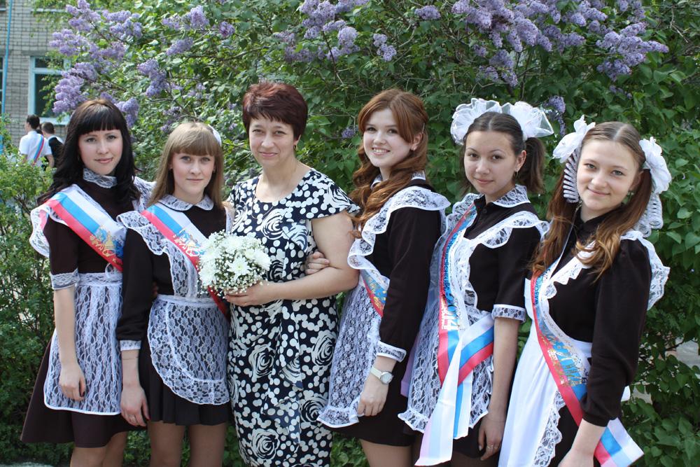 Выпускницы 11 «А» класса с классным руководителем Кисляковой И.А. 9ffcacd3f35