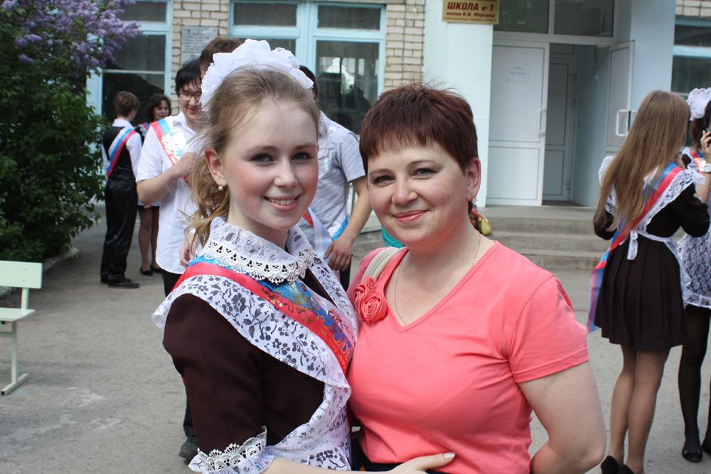 Выпускницы 11 «А» класса с классным руководителем Кисляковой И.А. 75a05bbe7ebf0